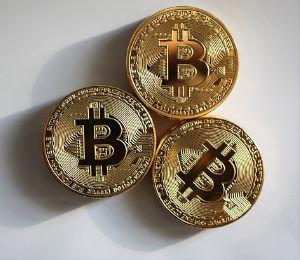 drie bitcoin-munten op tafel