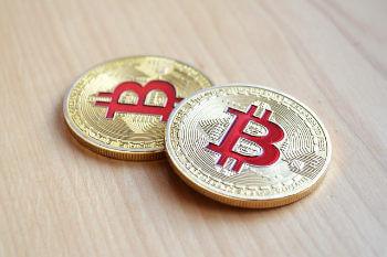 twee bitcoin munt op het bureau