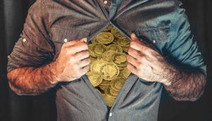 Man met munten in zijn Bitcoin borst